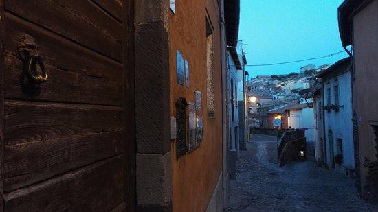 Santu Lussurgiu, Italia: Hotelli sijaitsee keskellä sokkeloista keskiaikaista kylää.