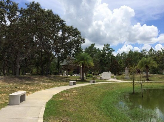 Mims, FL: Walkway around the pond