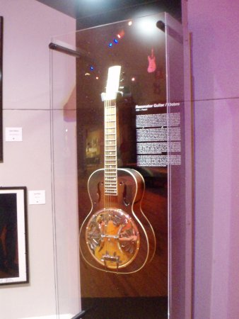 Pittsfield, MA: Guitar on in display case