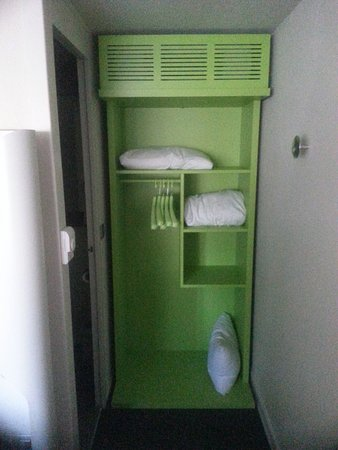 Campanile Cergy Saint Christophe: Vestiaire et grille de climatisation
