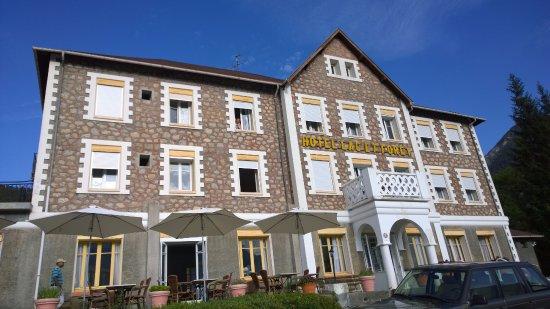 Saint Andre Les Alpes, France: Hotellets forside mod søen.