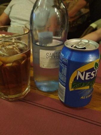 Agua de 500,no hay grande, y bebida de lata