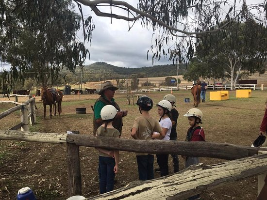 Maryvale, Australia: Kids getting a chat from one of the stockmen
