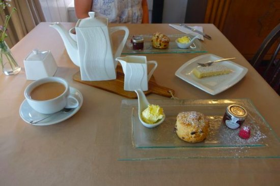 Chagford, UK: Cream tea at Whiddons Bistro