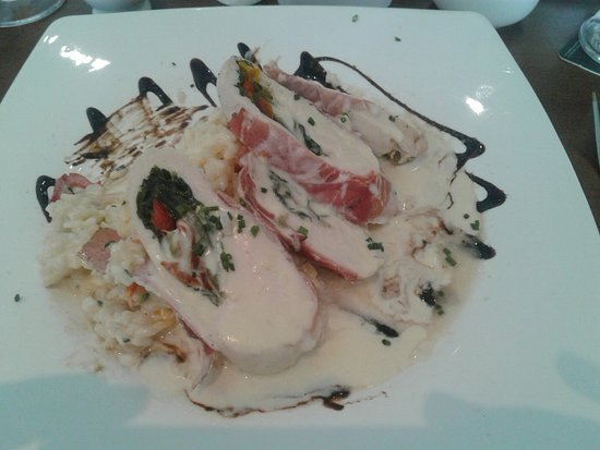 Leitrim, Irland: Chicken filled with bacon and spinach served on a bed of Risotto