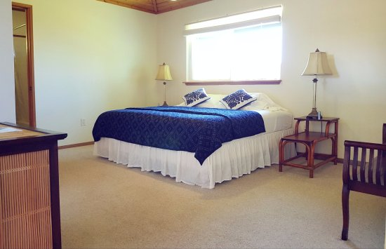 Honomu, HI: Our deluxe ocean and garden view room with a king bed arrangement.