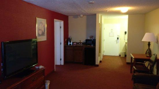 Lexington Inn - Holbrook, AZ: Living room toward hall