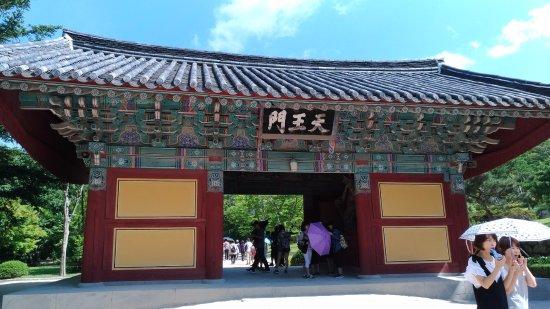 Gyeongju, South Korea: 正門 中に仁王像があります