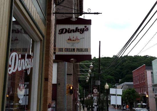 Bangor, Pensylwania: Dinky's hanging street sign
