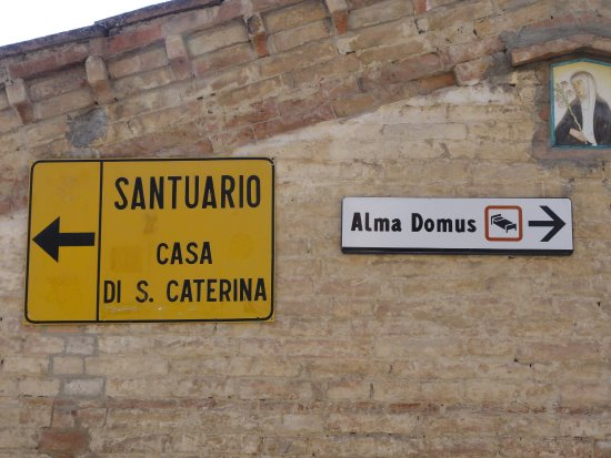 Hotel Alma Domus: Directional sign