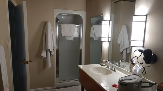 The Independent Hotel: Large Bathroom.