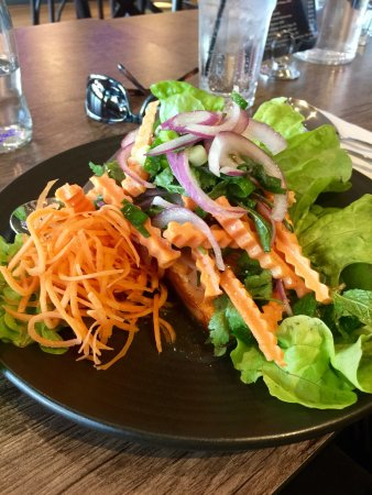 Warners Bay, Australien: There salmon hiding under the yummy salad