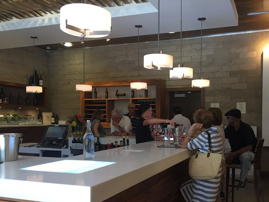 Plymouth, CA: The tasting room at Renwood Winery is very roomy and tastefully decorated.