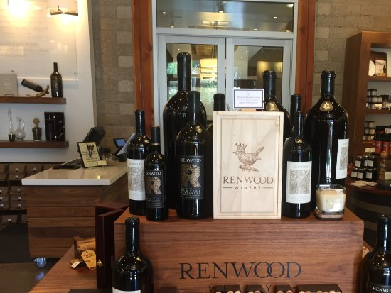 Plymouth, CA: The interior of the Renwood Winery is no cell done with displays of wines etc.
