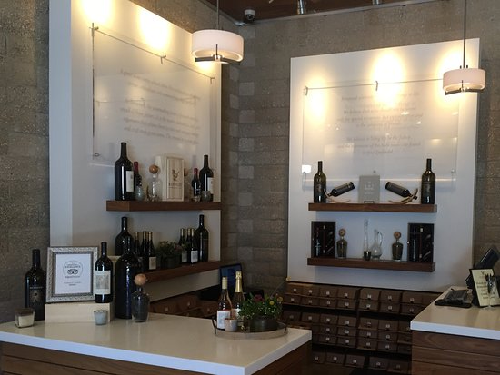 Plymouth, Kalifornien: The tasting room at Renwood Winery is very elegant and visually appealing.