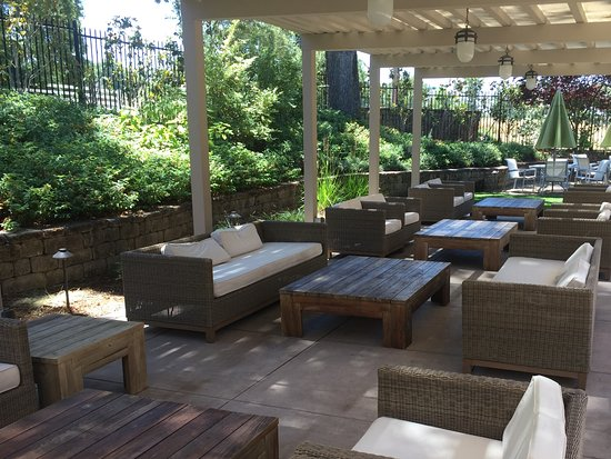 Plymouth, CA: There is ample outdoor seating at Renwood Winery if you want to taste outside.