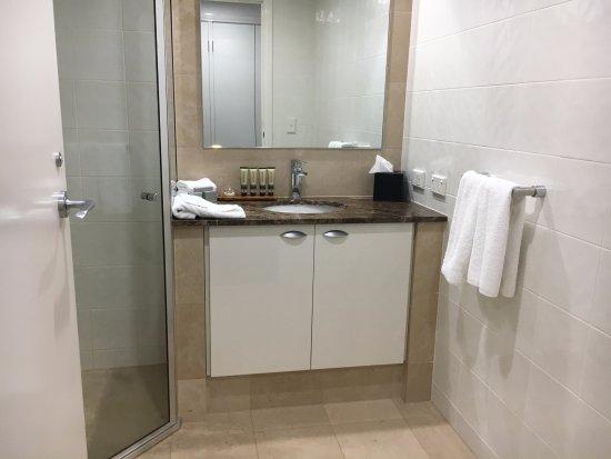 Quay West Suites Melbourne: 2nd Bathroom