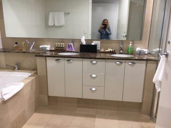 Quay West Suites Melbourne: 1st bathroom (ensuite)