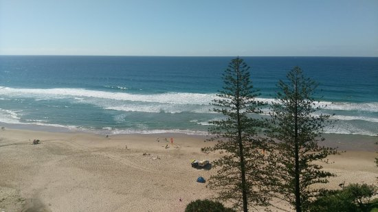 Coolum Beach, Australia: Life guards are usually directly across the road (depending on surf conditions, of course)