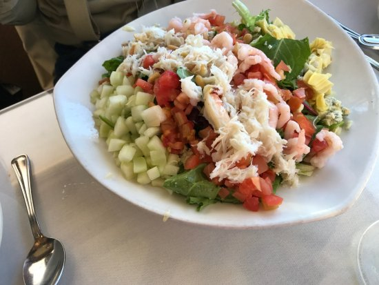 Arnie's Restaurant & Bar - Mukilteo: Chopped seafood salad