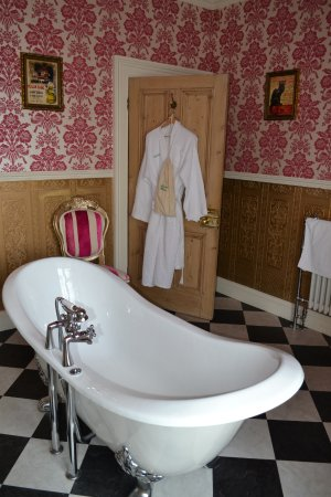 Roxbro House: Ethel Nobel Suite bath (blooming lovely)