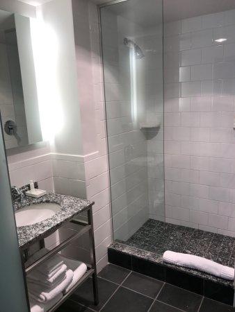 Kimpton Carlyle Hotel : bathroom