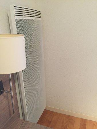 Prevessin, ฝรั่งเศส: Dreckige Heizkörper, keine Klimaanlage, auch sonst sehr dreckig