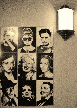 Camas, Ουάσιγκτον: black and white movie star photos near stairs up to the balcony