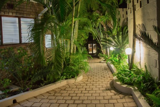 St. Lucia Safari Lodge: Pathway past Self Catering Unit 8