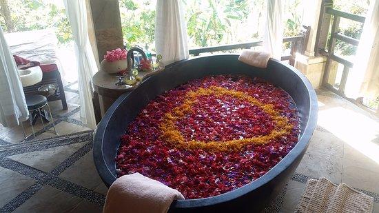 Puri Mangga Sea View Resort & Spa: Blütenbad