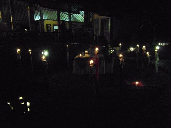 Puri Mangga Sea View Resort & Spa: Candle-Light-Dinner mit leckerem Wein, Musik und super Essen