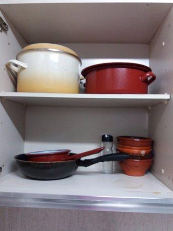 Utensilios de cocina del apartamento bild von for Utensilios cocina madrid