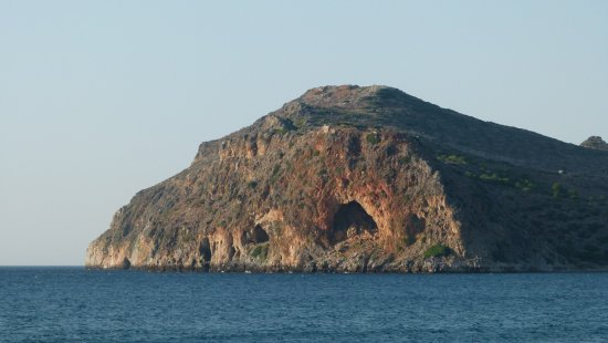 Hotel Atlantida Mare: This is Theodorou (Protected Island with rare Kri Kri goats) visible from the taverna