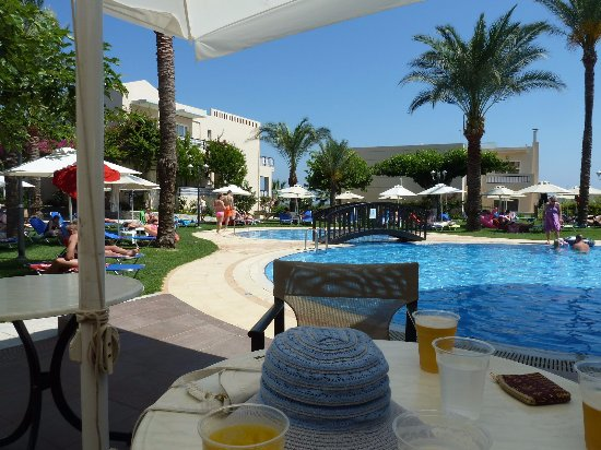 Selini Suites: Family pool area and bar