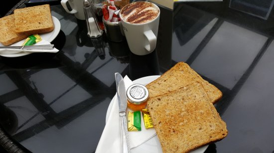 Oswestry, UK: Coffee and toast