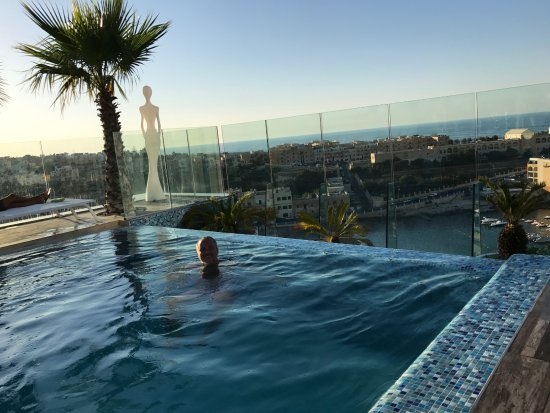 Infinity pool picture of hugo 39 s boutique hotel saint for Hugo s boutique hotel
