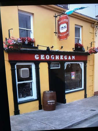 Glin, Ireland: Geoghegan's magpie bar and Accommodation