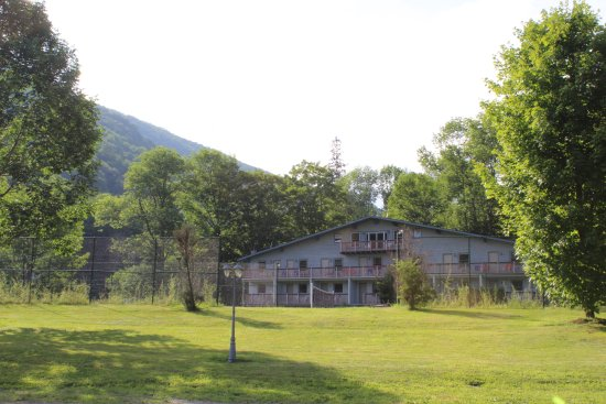 Catskill Seasons Inn: The Chalet Building