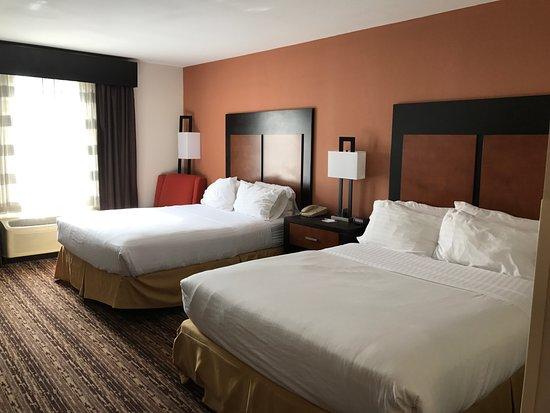 Holiday Inn Express Cherokee/Casino: 2 queen beds