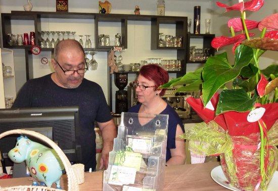 Condezaygues, France: Lionel et Virginie Blinvous accueillent dans leurrestaurant La Grange