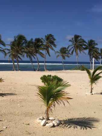 Cayman Brac Beach Resort: An extensive well-manicured beach area