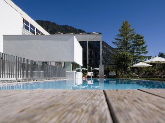 Blick vom weg auf 39 s valavier bild von valavier for Garten pool vorarlberg