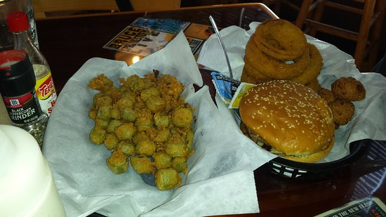 Christiansburg, Wirginia: Fried okra and a Burger and onion rings