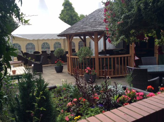 Pidley, UK: Visitors can choose to dine in the pavilion in our sunny courtyard garden