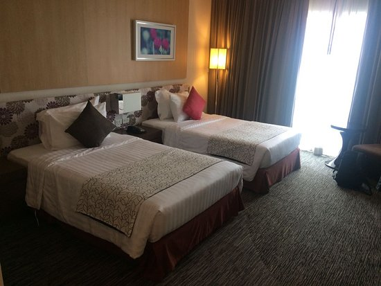 Racha Thewa, Thailand: Quite spacious, two twin beds, a sofa, a working seat, a flat TV with local channels.