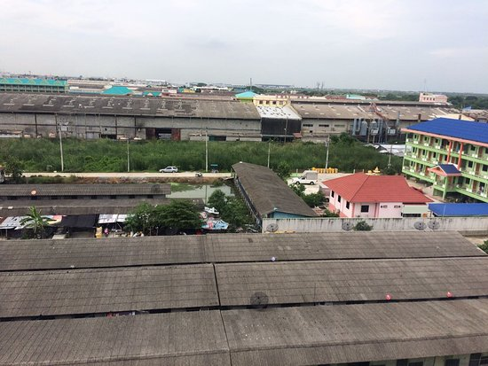 Racha Thewa, Thailand: Open my balcony at 5th Floor, and voila, suvarnabhumi airport at horizon, and bad stench below.
