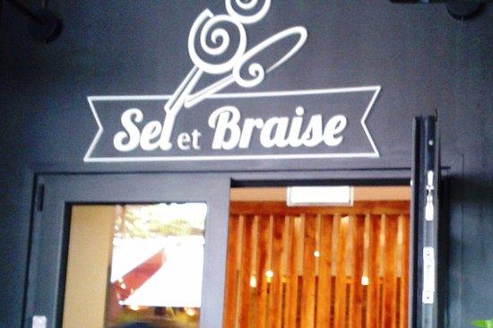 Cachan, France: L'enseigne au dessus de l'entrée