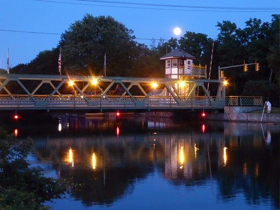 Adams Basin, NY: Moonrise over lift bridge next to the inn.