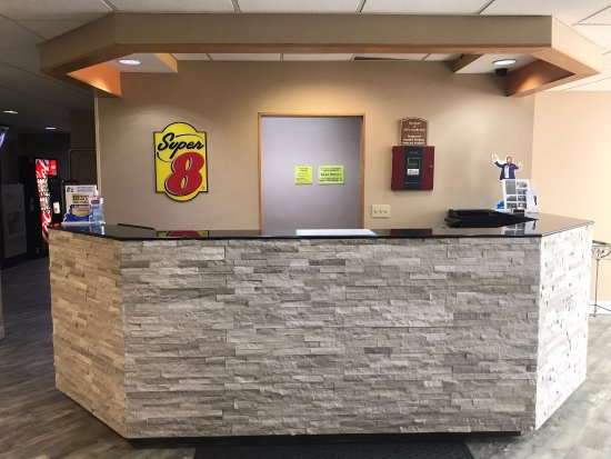 Super 8 Blue Springs: Front Desk
