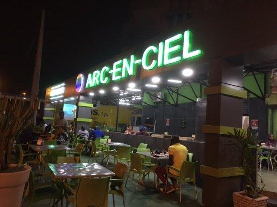Bonne Nuit Africaine : La facade de l arc en ciel dans moiteur nuit